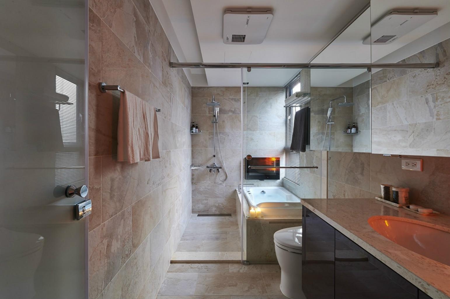 卫生间的布置比较简约时尚,洗手台搭配镜柜更显活力。