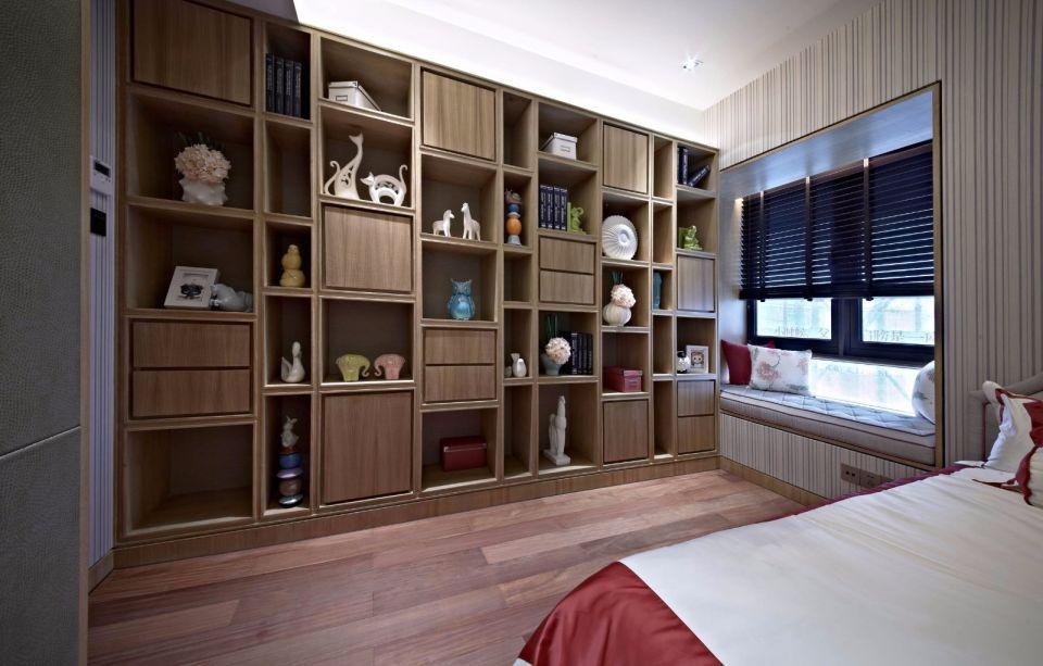在室内设计这样一个大气的组合柜,摆上各种陶瓷、画框进行装饰,打造出古韵味十足的居室环境。