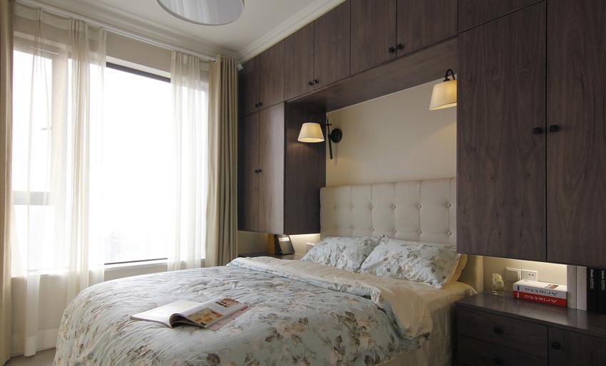 客房由于空间限制,将衣柜做在床头,搭配壁灯及隐藏式等待,储藏功能强大。