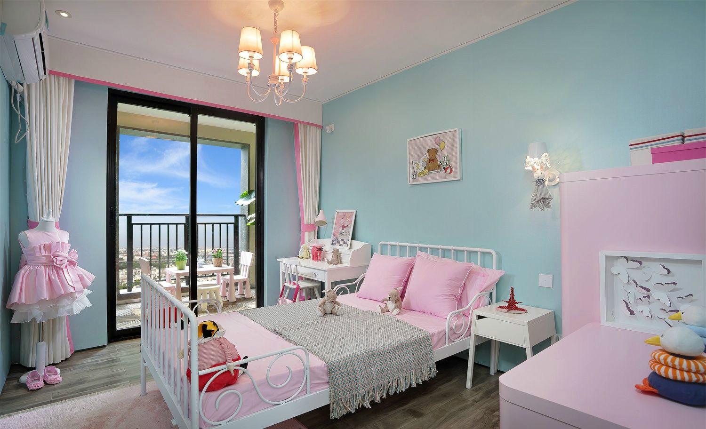 儿童房一看就是女孩子的屋子粉嫩嫩的靠近阳台的玻璃旁打造小书桌,读书写字,阳光都特别好。