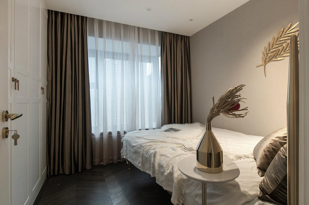 次卧室比较简洁明了,白色的床品搭配棕色窗帘整个空间温暖而温馨
