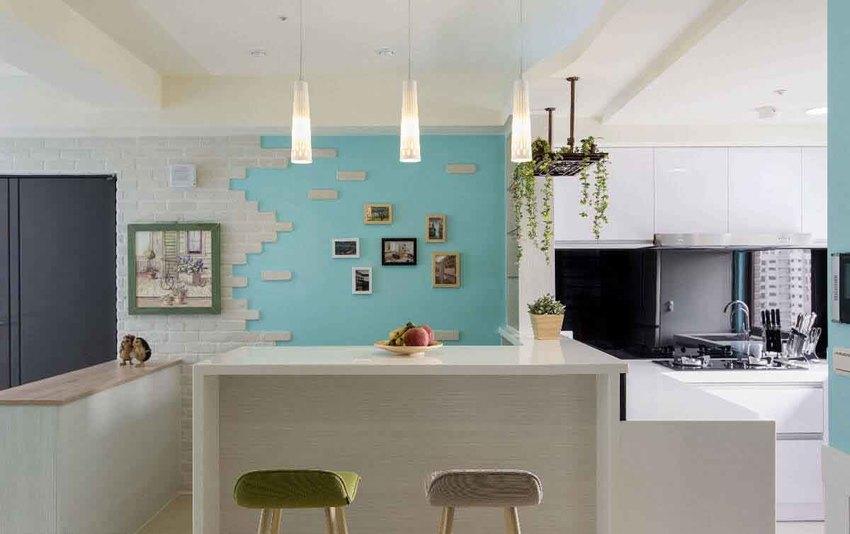 空间不大的厨房设置中岛,透过开放式设计与吧台区合二为一,带来完整的机能。