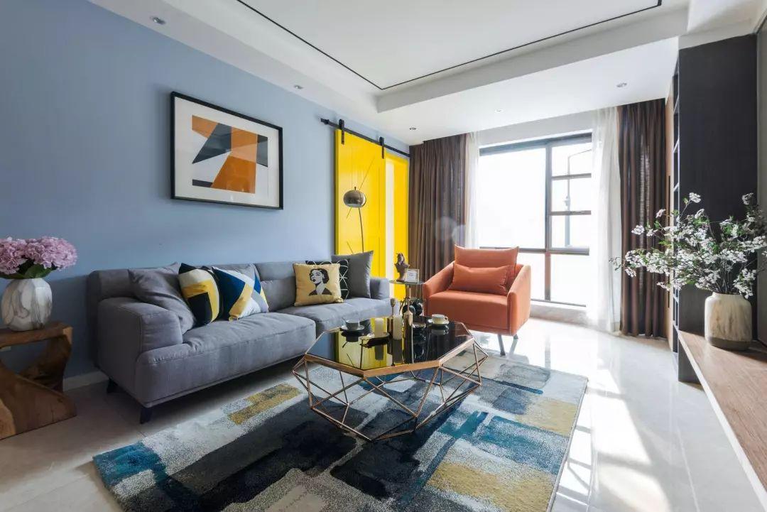 将阳台纳入客厅区域,木作装饰柜搭配橘色单人沙发,打造阳光休闲一角。