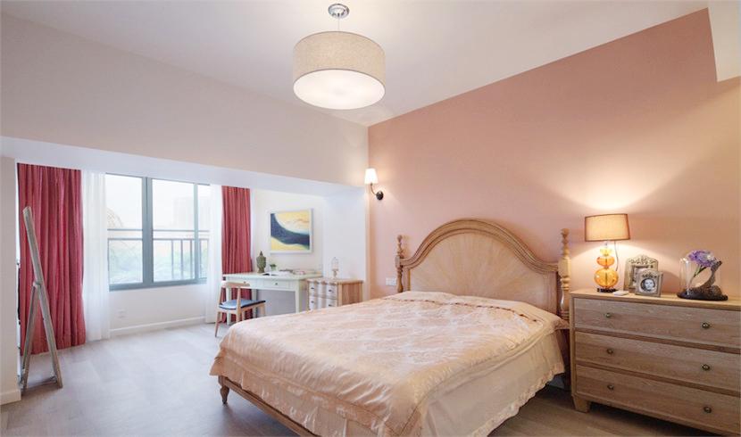 卧室带来满满的清新感觉,床和床头柜乡村感浓烈,横梁隔出了休息区域和阳台,又有一定的一体性。