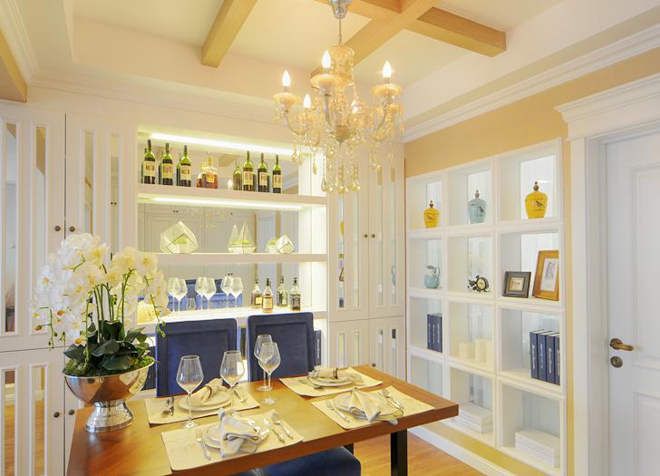 餐厅与书房间用透明的玻璃隔板分开,配以饰品增加装饰性。