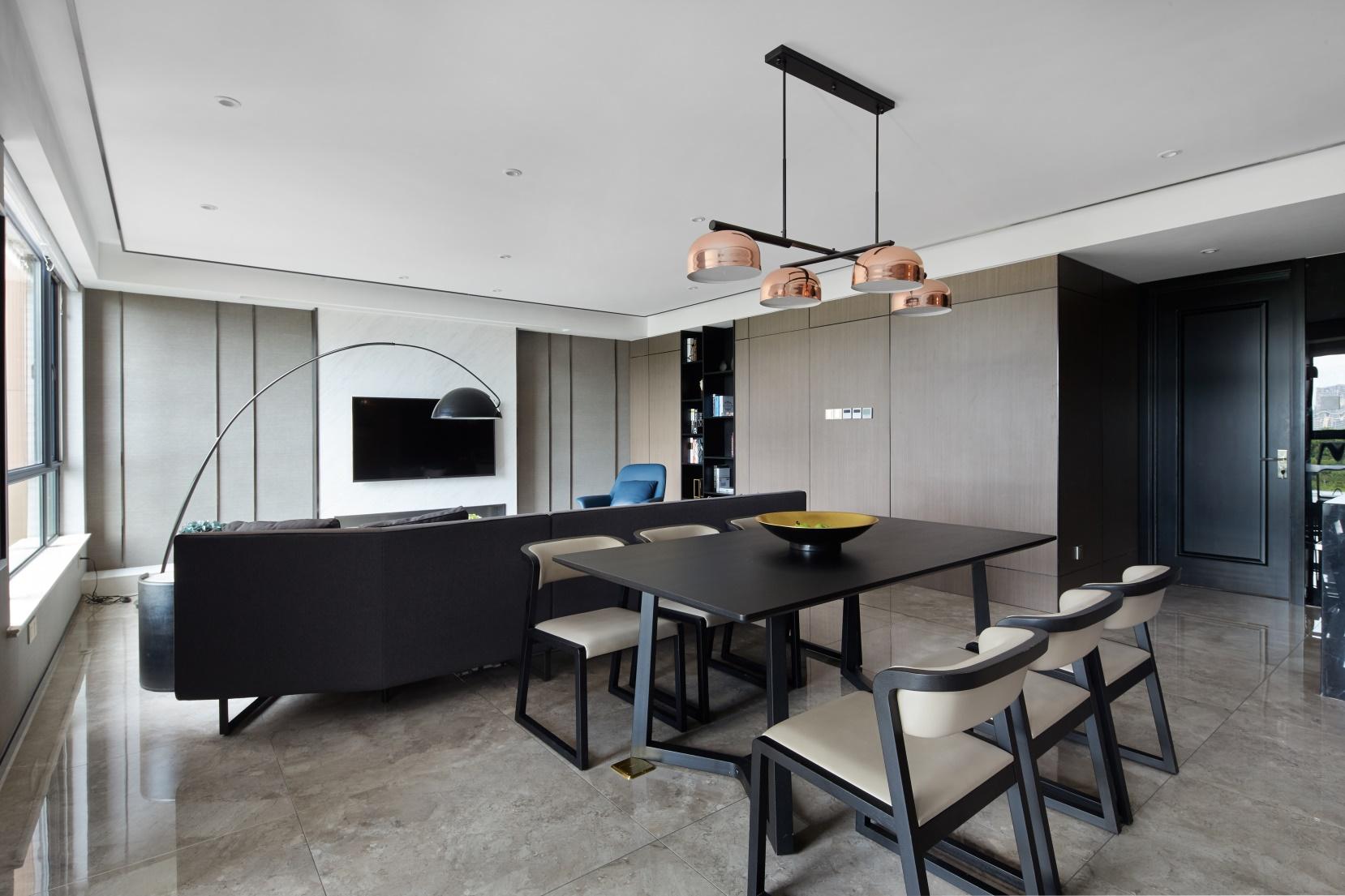客厅的三分之一处作为用餐区,家庭成员用餐视野更加开阔,极具交流感。
