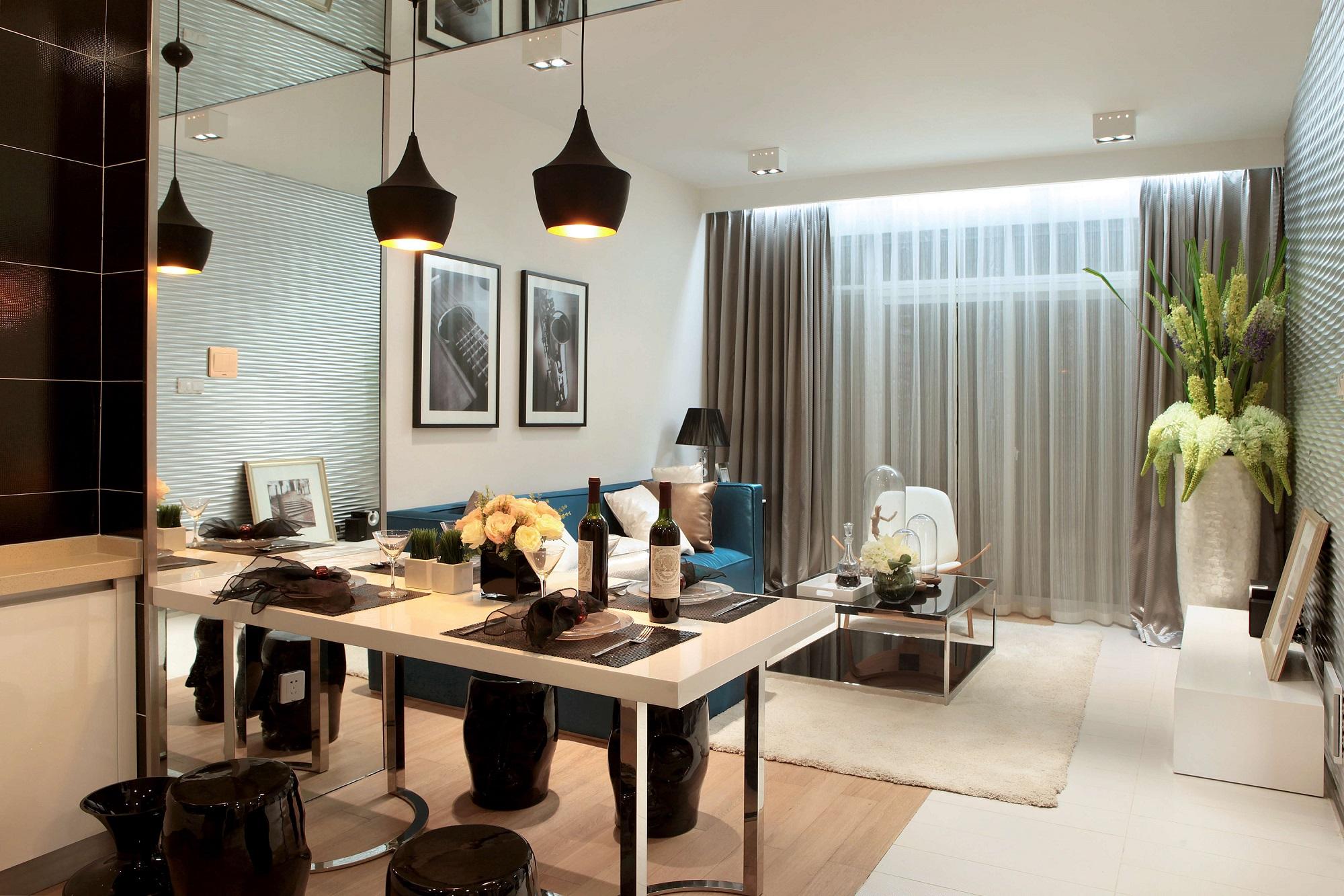 餐厅位于客厅的左侧方,棱角分明的餐桌、圆润的凳子,整体通过软装的点缀来展现出优雅、浪漫感。
