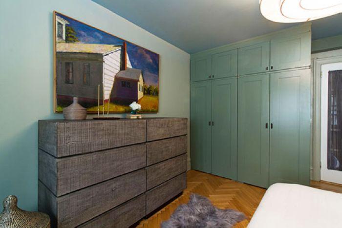 除了收纳小件衣物的斗柜以外,还有定制打造的衣柜。