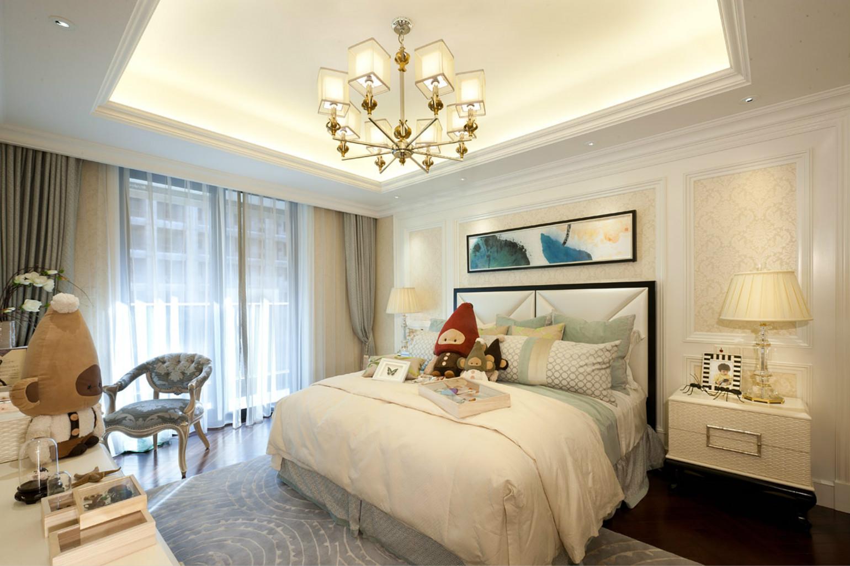 儿童房背景墙蓝色挂画,清新舒适。床旁边还打造了一个小书桌,方便学习。