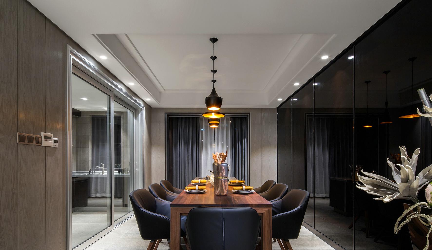 餐厅顶面华丽的水晶吊灯下,整个的奢华大气之感