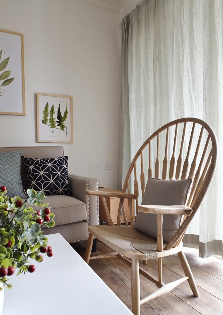你瞧这镂空的木椅,多像小时候竹制的矮椅。