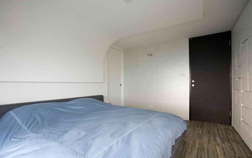 圆弧的天花造型衬上皮革墙面,异质混搭再次有了优雅结合。