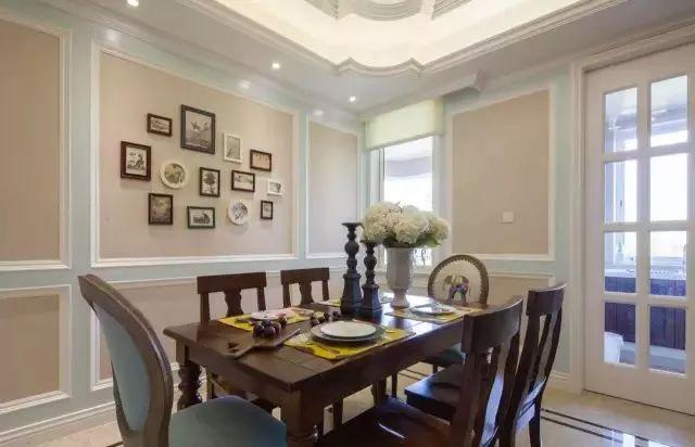 餐厅,奶咖色的背景墙搭配浅蓝色的边框线条,让整个餐厅变得更加的精致和优雅。