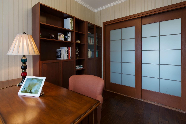 书房简单又大气,深颜色家具增加了书房的严肃性。