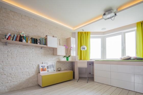 例如有一张沙发和一张床相反,他们选择了两个平台来代替,使整体空间宽敞通风,
