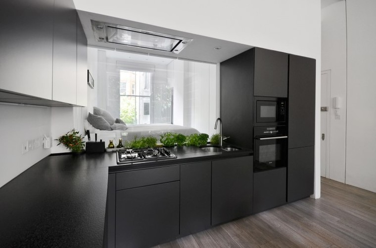 设计师将所有家具全部靠边摆放,空出中央区域,让光线可以穿透进卧室。