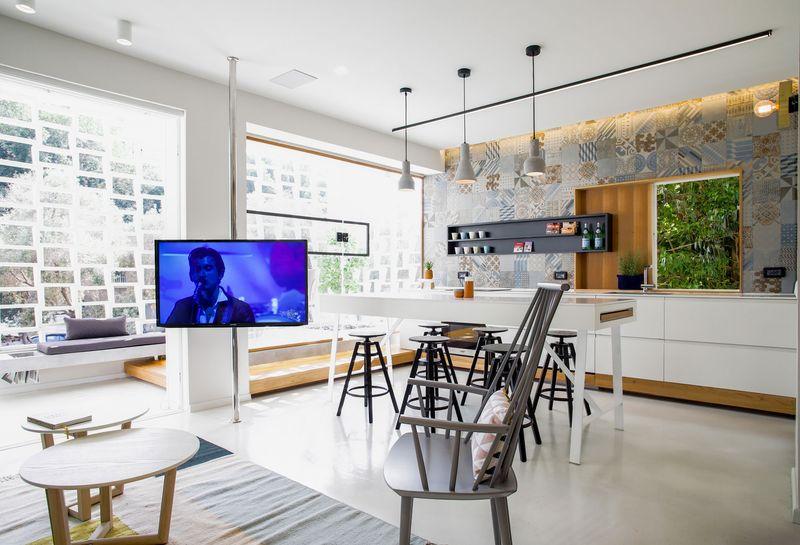 电视墙也被简化至此,不影响实际用途,不占用空间,很有设计感。