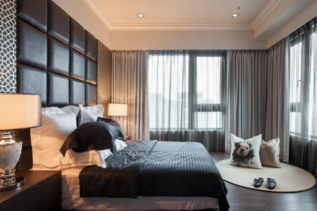 床头背景墙与黑色床品相搭配,给人踏实的休息环境。席地而坐,透过宽大窗台看车水马龙,美好生活不过如此。