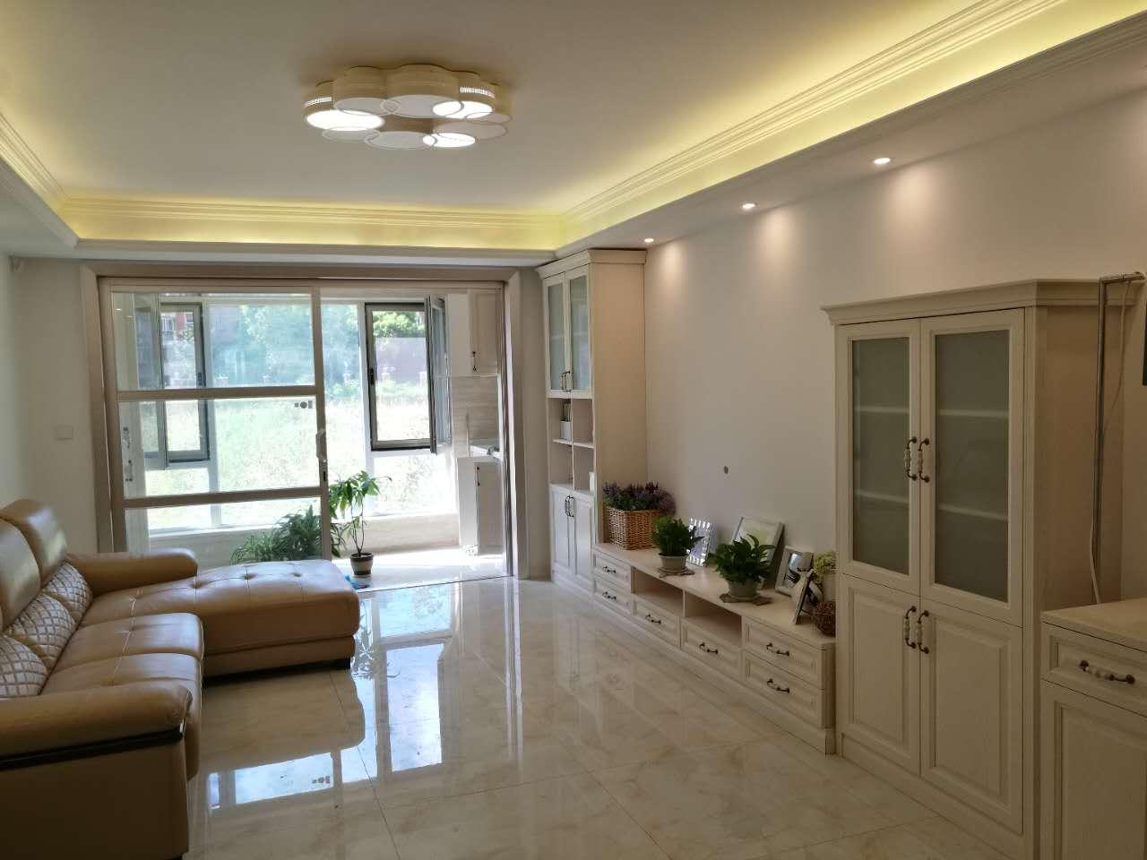 客厅空间很大,除电视柜外,业主还添置了各式各样的储物柜,增加了客厅的收纳功能。