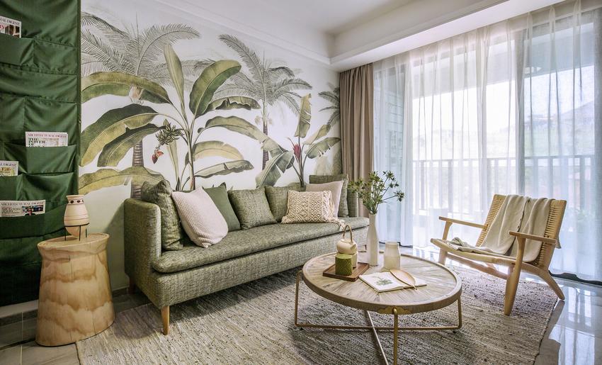 客厅中热带雨林的墙绘和绿色置物壁挂袋是亮点,运用写实风格的插画原色描绘了热带丛林独特的生态环境与丰富