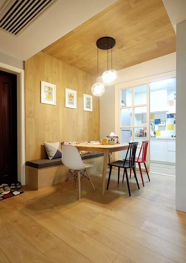 用客厅到厨房的走廊做餐厅,卡座节省了空间,同时也可以作为换鞋凳。