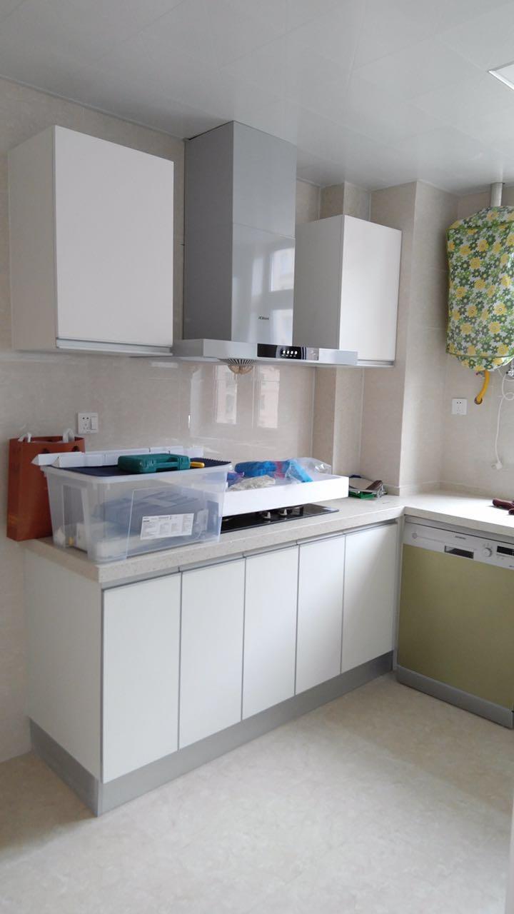 白色的厨房干净、清爽。