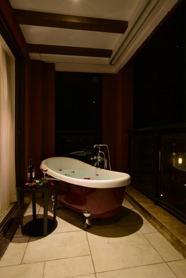 浴盆旁边放置小圆桌,在寂静的夜里,泡着澡品着红酒,精致生活就该如此。