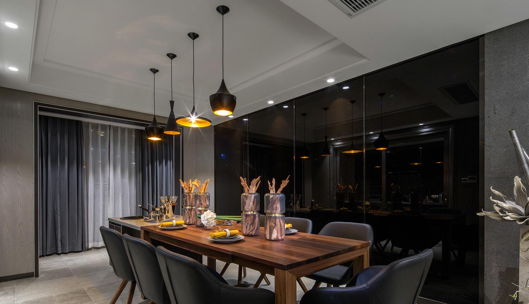 餐厅搭配分量感超过的黑色椅木质的桌子,整体显的格外的和谐及舒适;