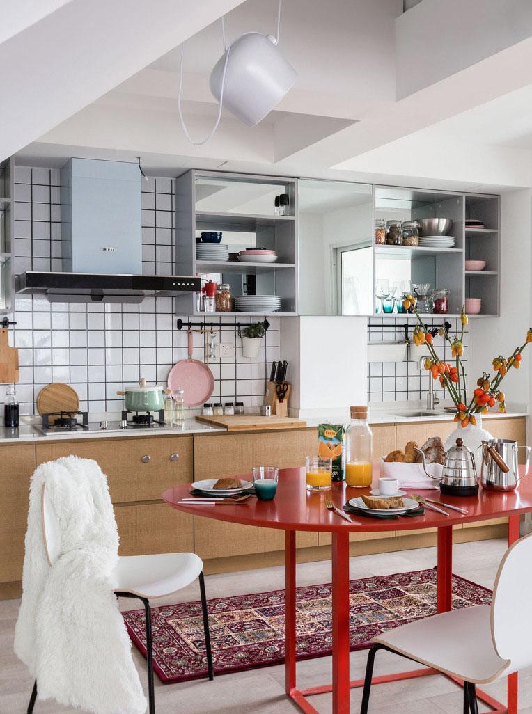 厨房区域的吊柜采用了无柜门形式:一是方便拿放东西;儿时在背板镜面的映照下,整个空间更显得更大。