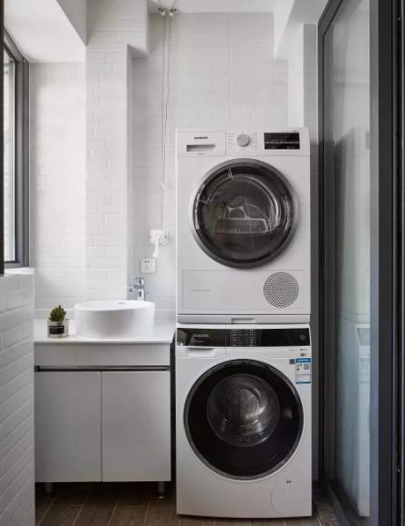 客厅阳台空间不大,在阳台右侧利用高度空间设置了洗衣机和烘干机叠放,在不规则角落定制了洗手台。