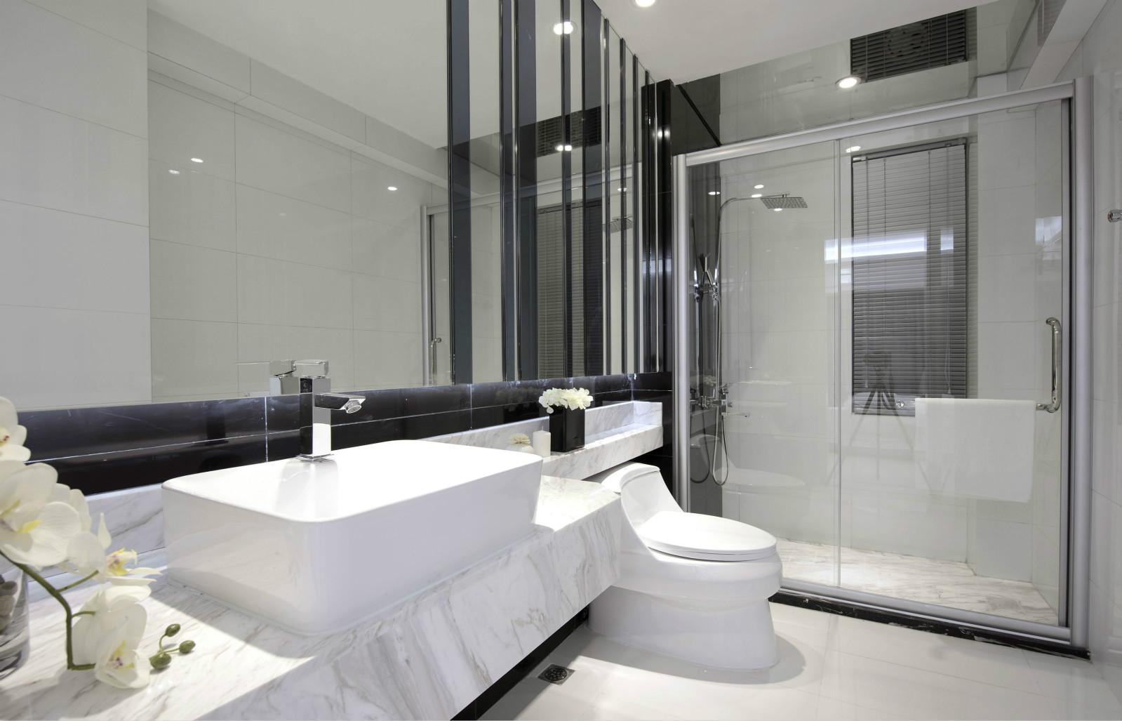 卫浴室的四周墙面上以瓷砖铺贴,充满着现代的简约时尚感。同时多处现代材料的搭配,又见时尚