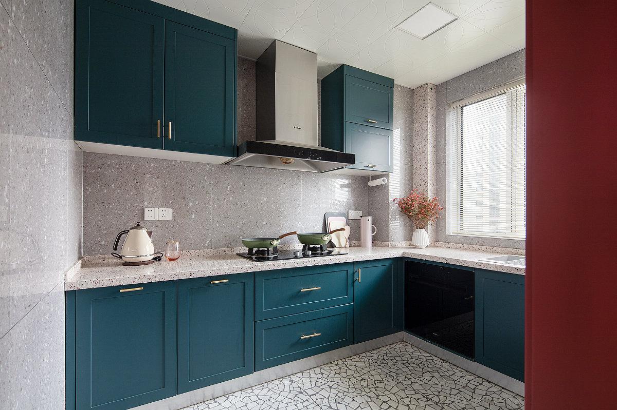 厨房采用时下流行的L型橱柜设计,洗菜、切菜、烹饪都非常方便,深蓝色地柜+吊柜设计时尚又沉稳。