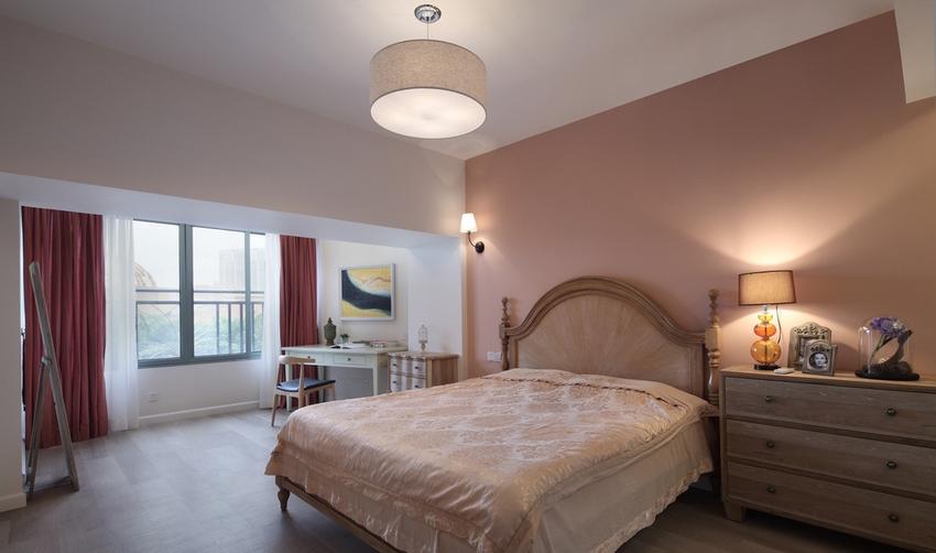 卧室用红色的窗帘,增加了房间的色彩元素。