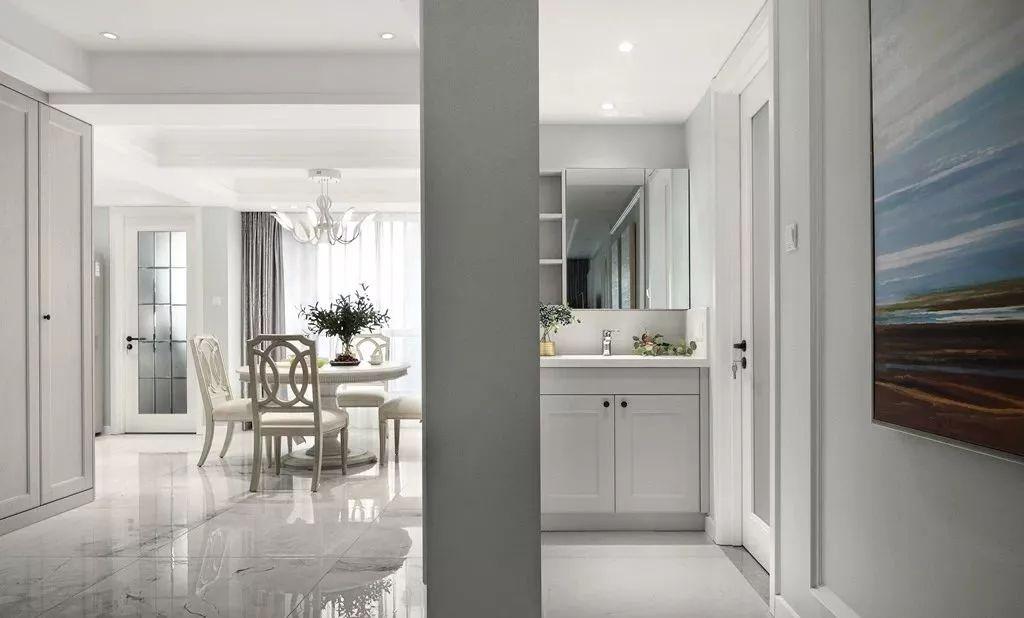 白色的色彩基调,配合墙面的收纳,没有多余的家具,整体打造出了干净清爽的格局,很是通透大方。