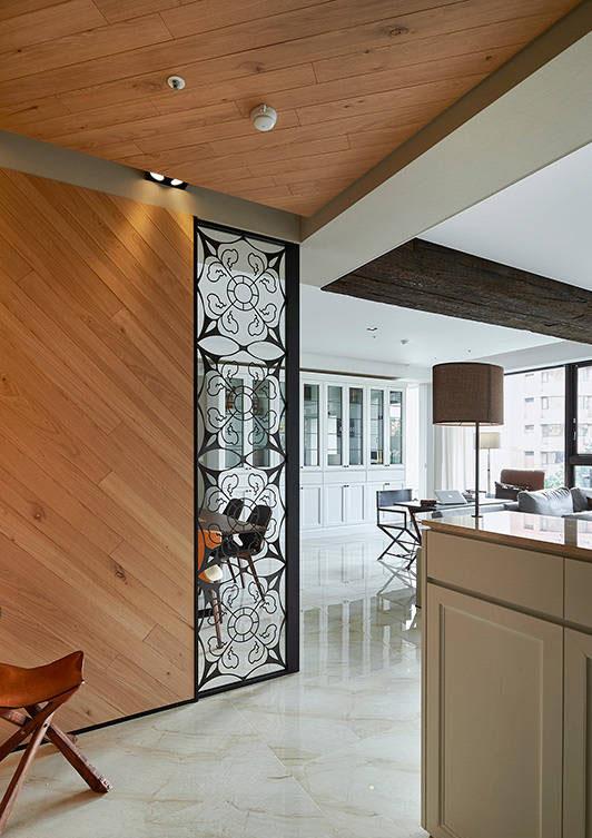 木纹质材爬满天花,延伸至一旁的墙面,让明亮的空间展现一股原始生命力。