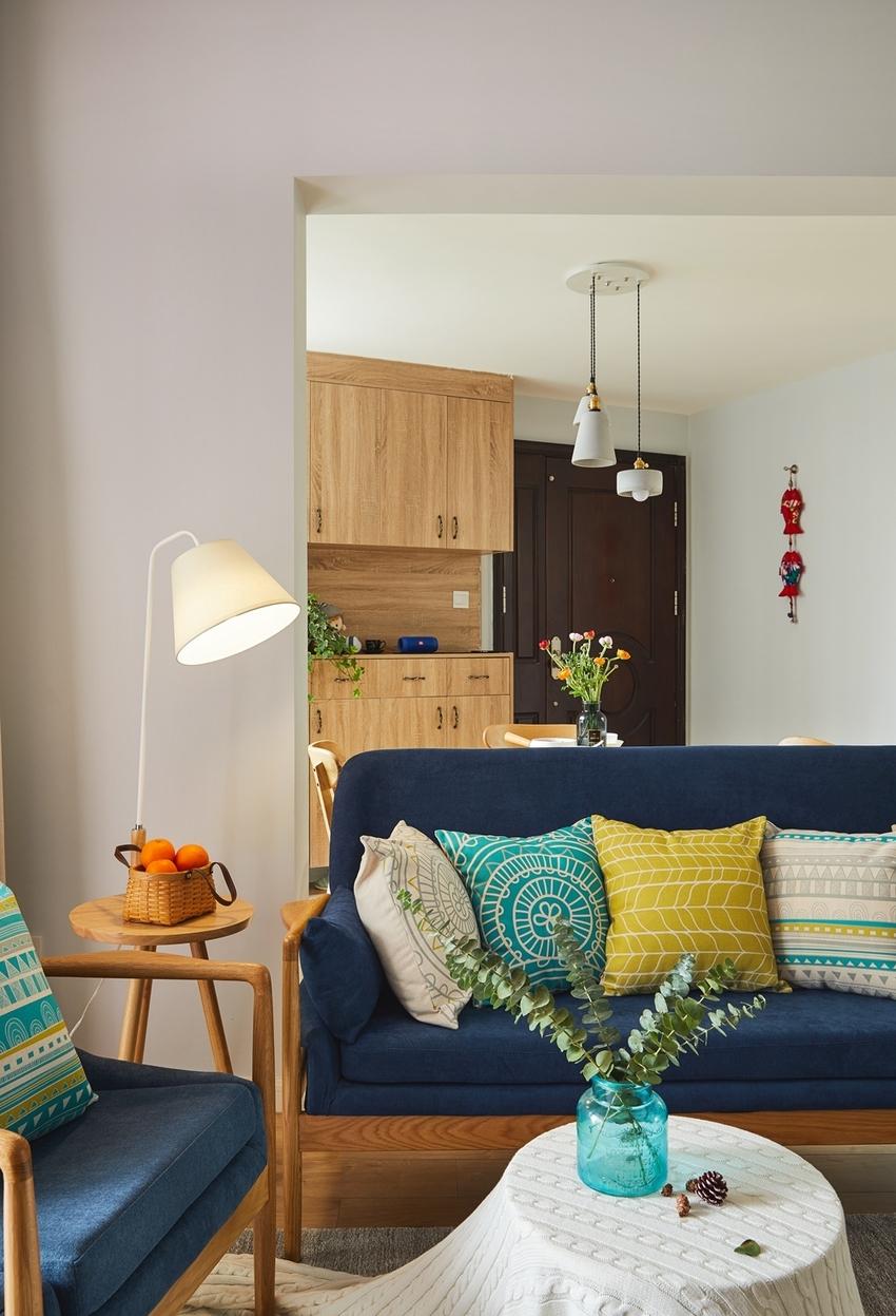 较为宽敞的客厅里,除了北欧风的原木家具,还摆放了春季山野中较为常见的刺杉。