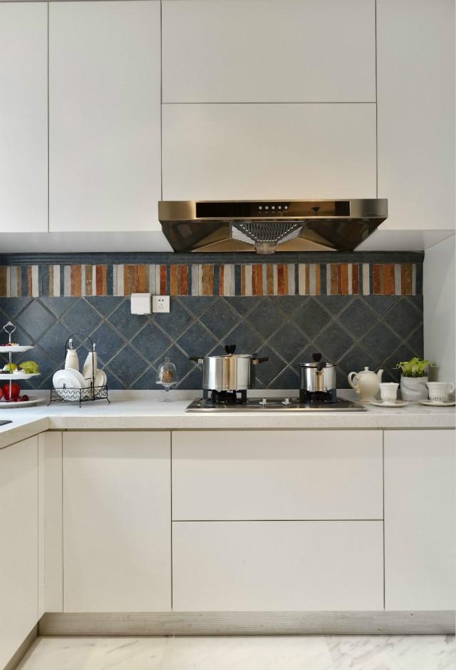 放眼望去整个厨房,白色的橱柜简洁利索,五彩壁砖的点缀,略显活泼。