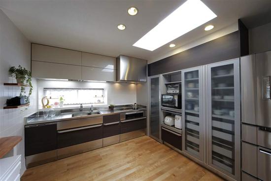 玻璃门的分层式收纳柜,不仅具有防尘作用,还让餐具的摆放更显整齐。