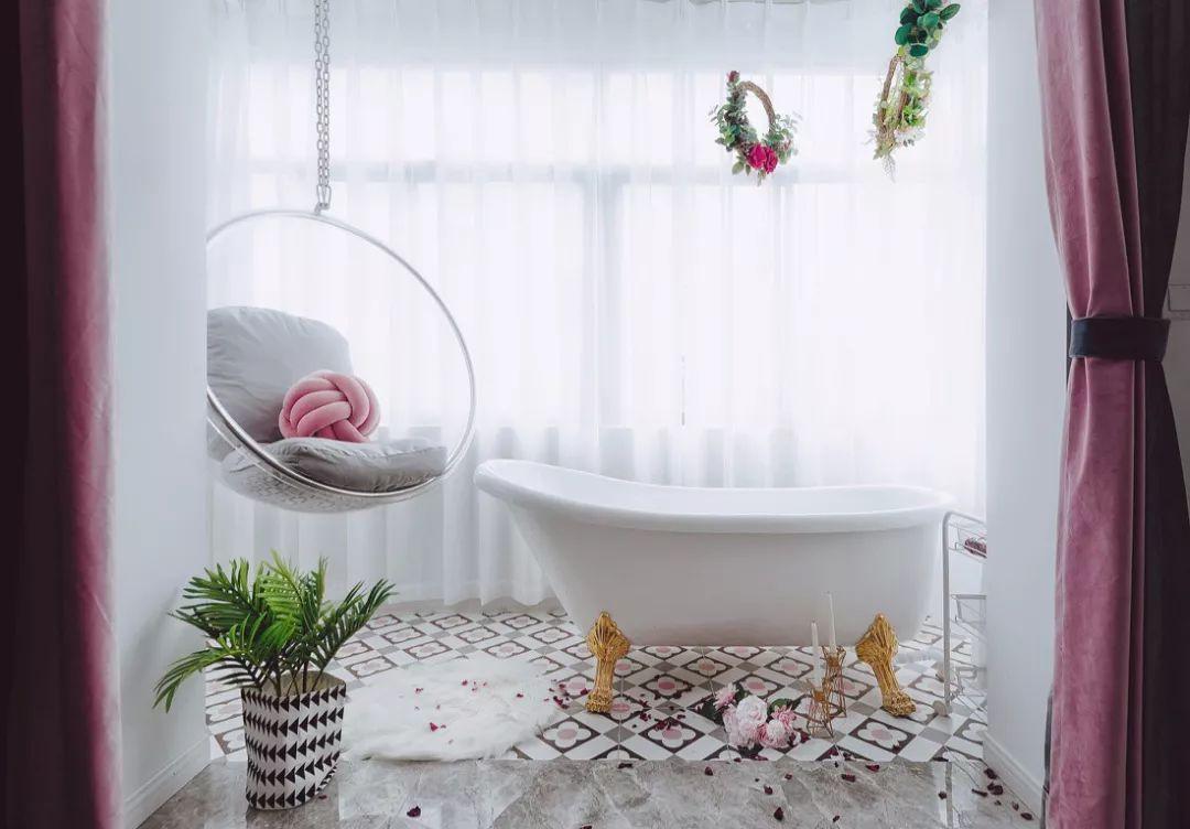 浴缸也是业主最喜欢的区域之一,夜晚降临,卸下所有的疲惫,与夜晚对话。
