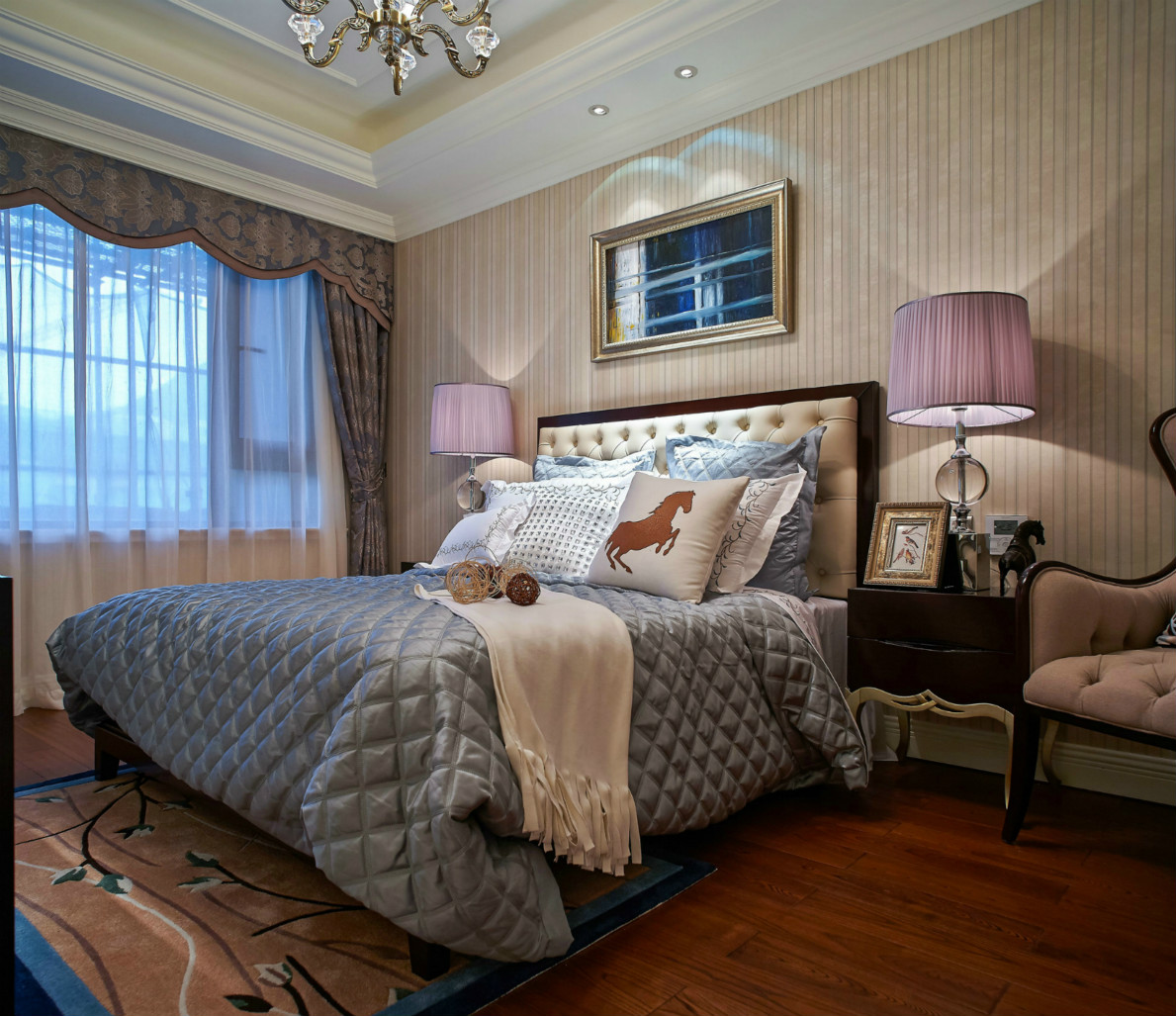 床两边的淡紫色台灯,为卧室增加了一些活泼。