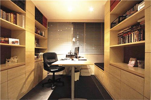 平行的双排书柜,一张简约的书桌、一把舒适的椅子,打造出一处安静的读书空间;