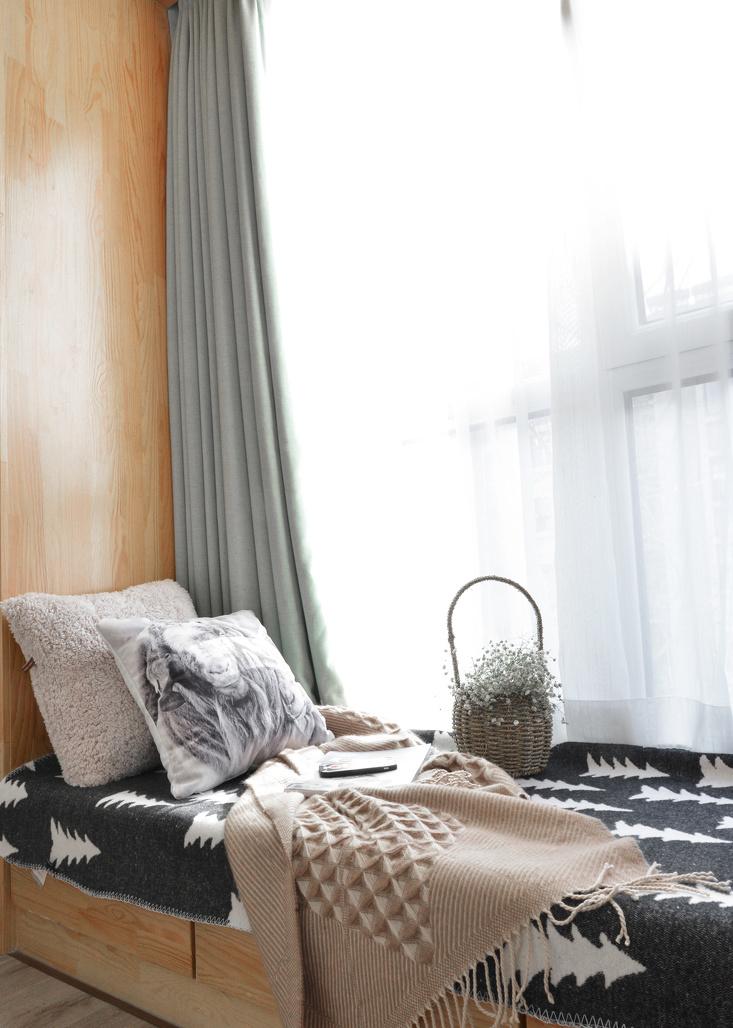 浅色的帘子加上布艺抱枕,在梦幻的毯子上休憩一会,阳光把情绪妆点地恬静安然。