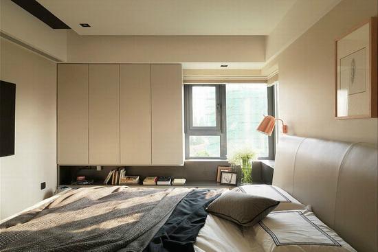 于左侧规划衣柜,其留白不做满的柜体,演绎减法设计语汇。