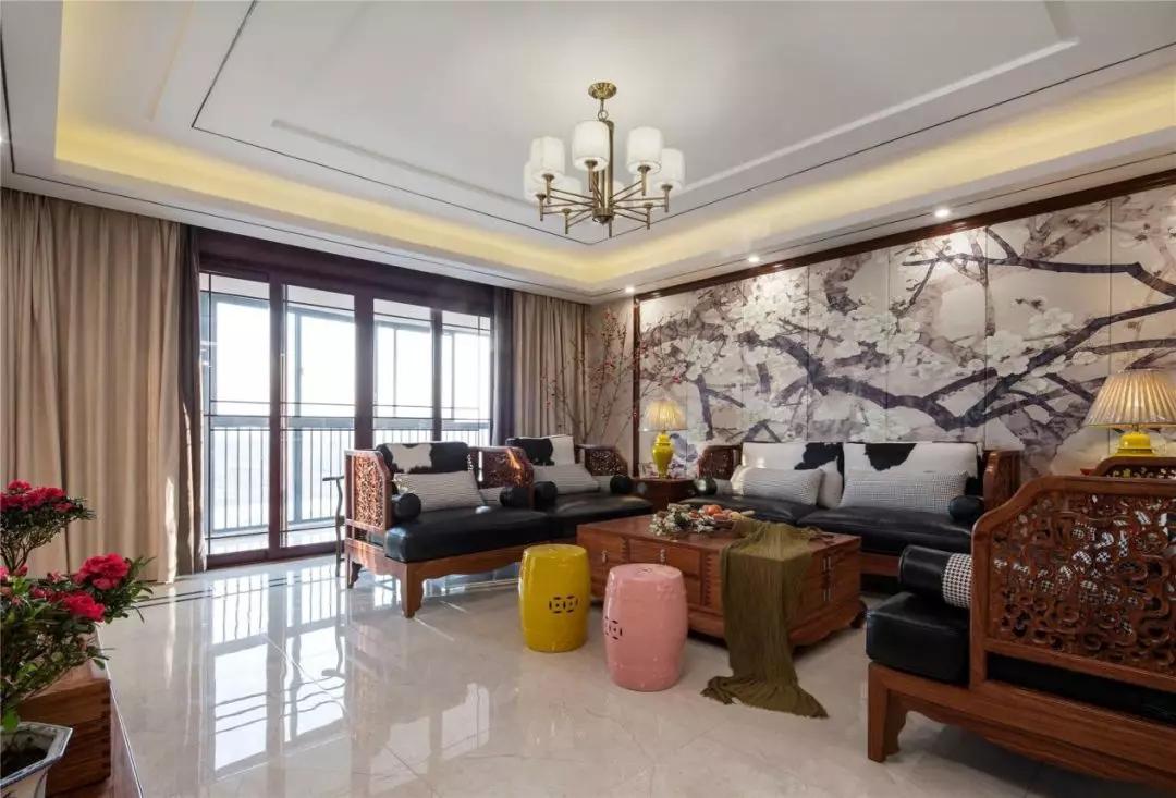 客厅布局方正,宽大的落地窗让整个空间敞亮十足,圆形灯柱和方正规整的客厅布置,暗合天圆地方的风水学。