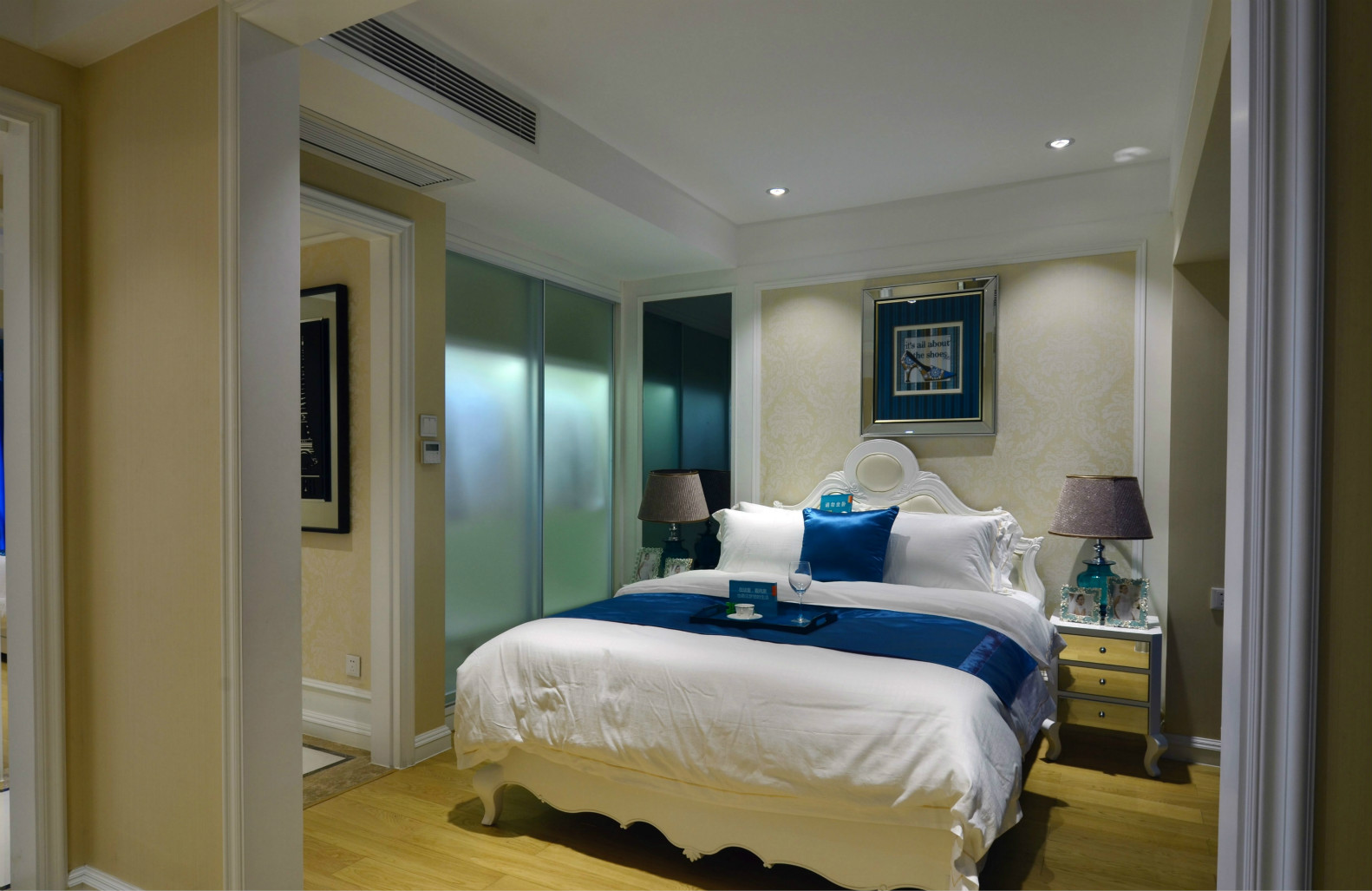 主卧采用了涂料相结合,搭配同色系被褥,营造轻松的入眠环境。
