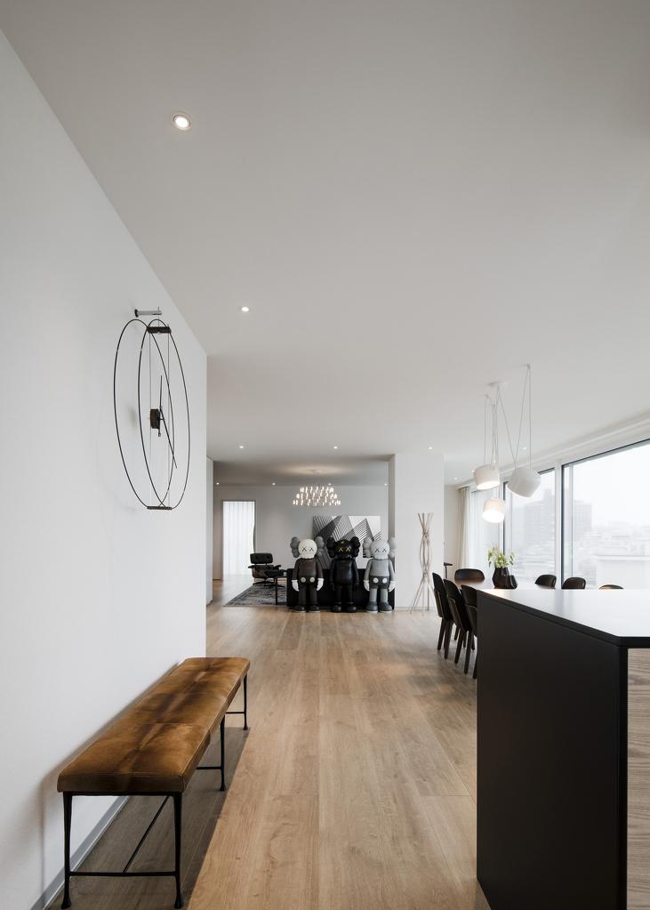 吧台一侧,精选挂钟与长凳,简约线条散发无限张力。