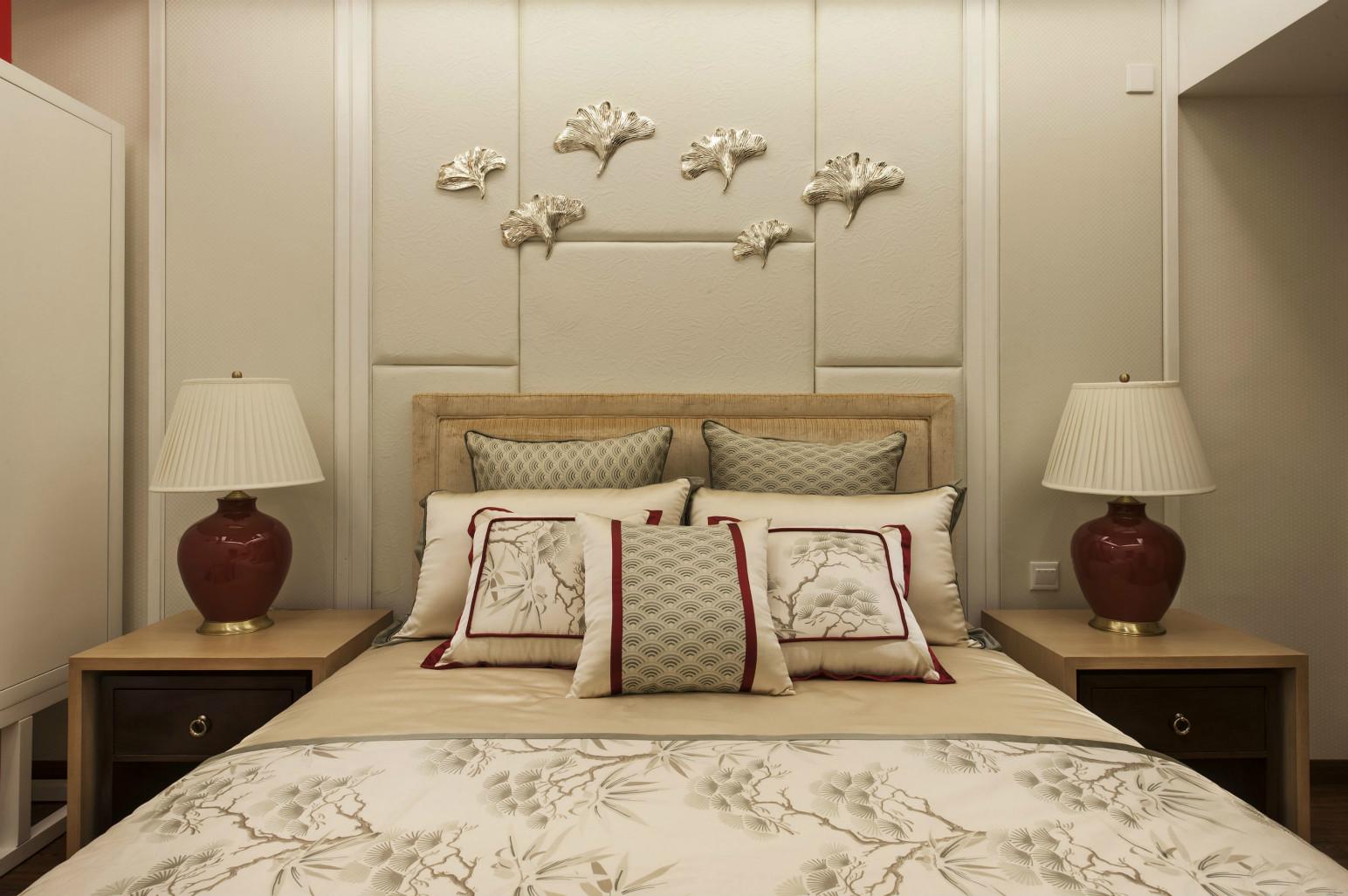 次卧床头背景墙上则是挂置着花瓣,浓浓的艺术气息