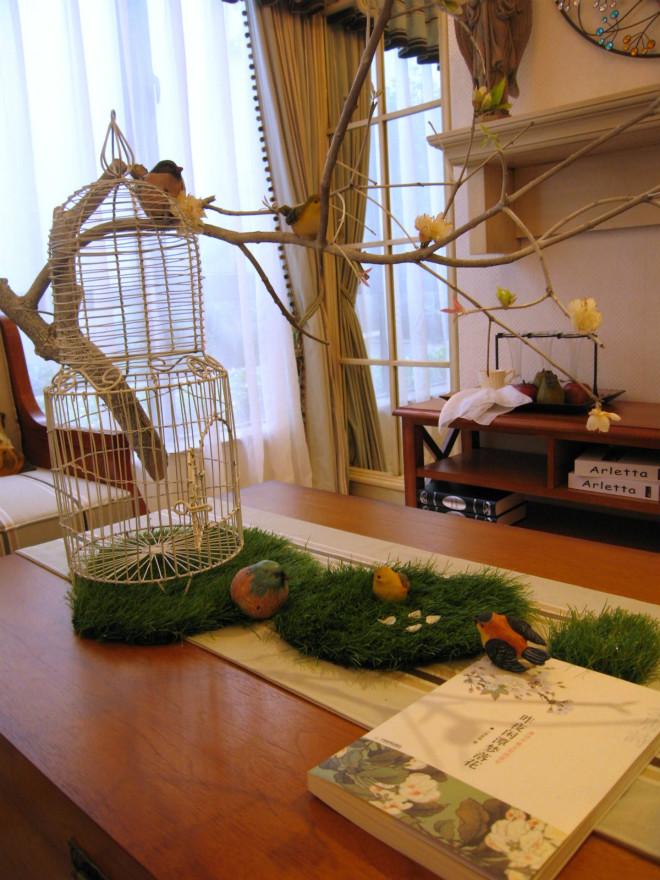 客厅茶几上摆放着精致的盆栽读物,让田园的客厅显得更加自然、简朴。