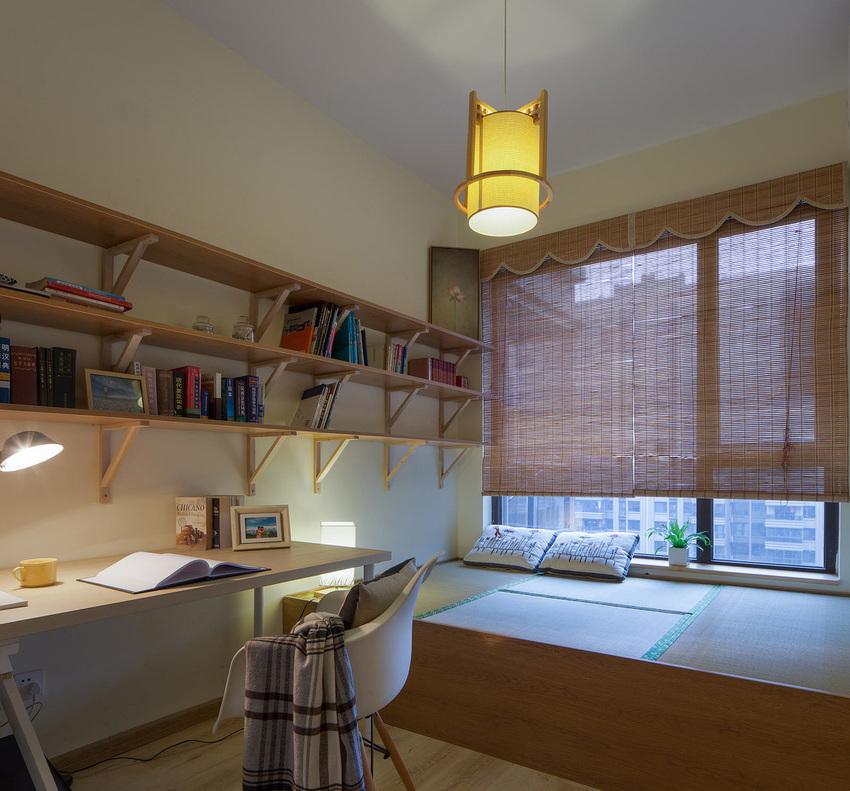简洁到极致的书架,干净利落的办公椅。在宽敞的榻榻米上,可以暂时把青春放一放。