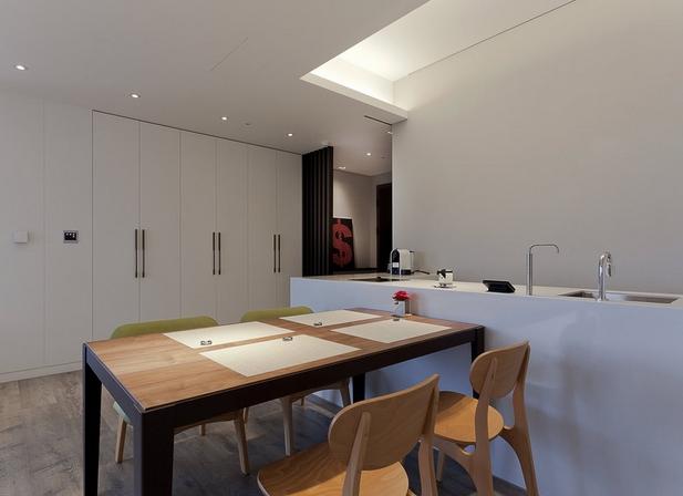 餐桌结合吧台功能,并设有流理台及电陶炉,符合小夫妻的生活所需。